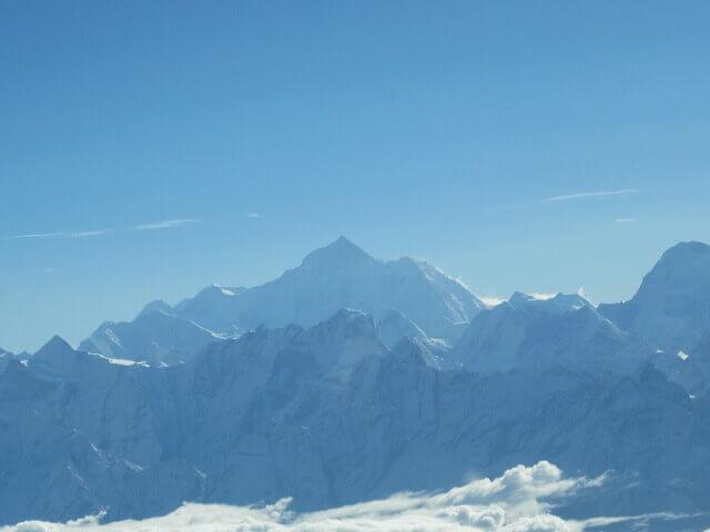 遊覧飛行で見えるエベレスト