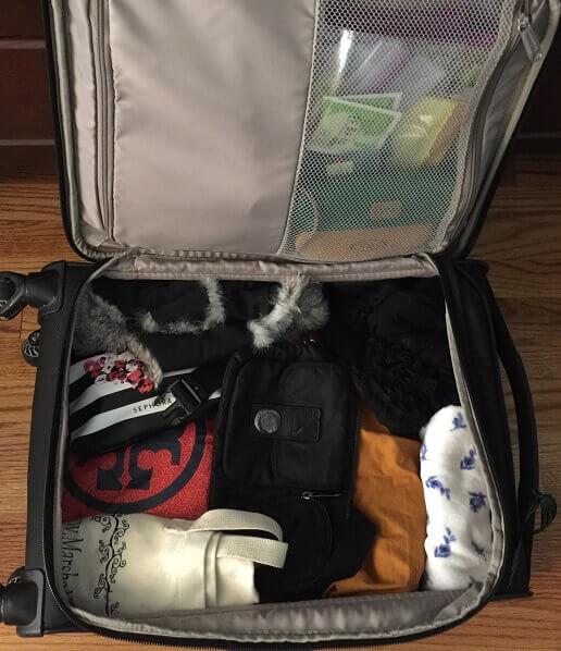 海外旅行に向かうスーツケースの中身