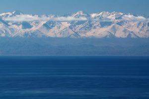 雪山を背景にしたイシククル湖