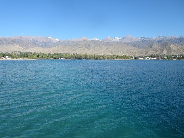 青い湖面のイシククル湖