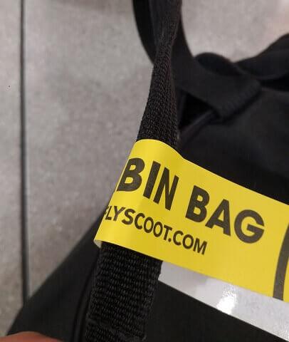 バッグに取り付けられたスクートのタグ